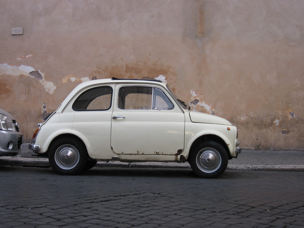 Fiat 500 mitten in Rom