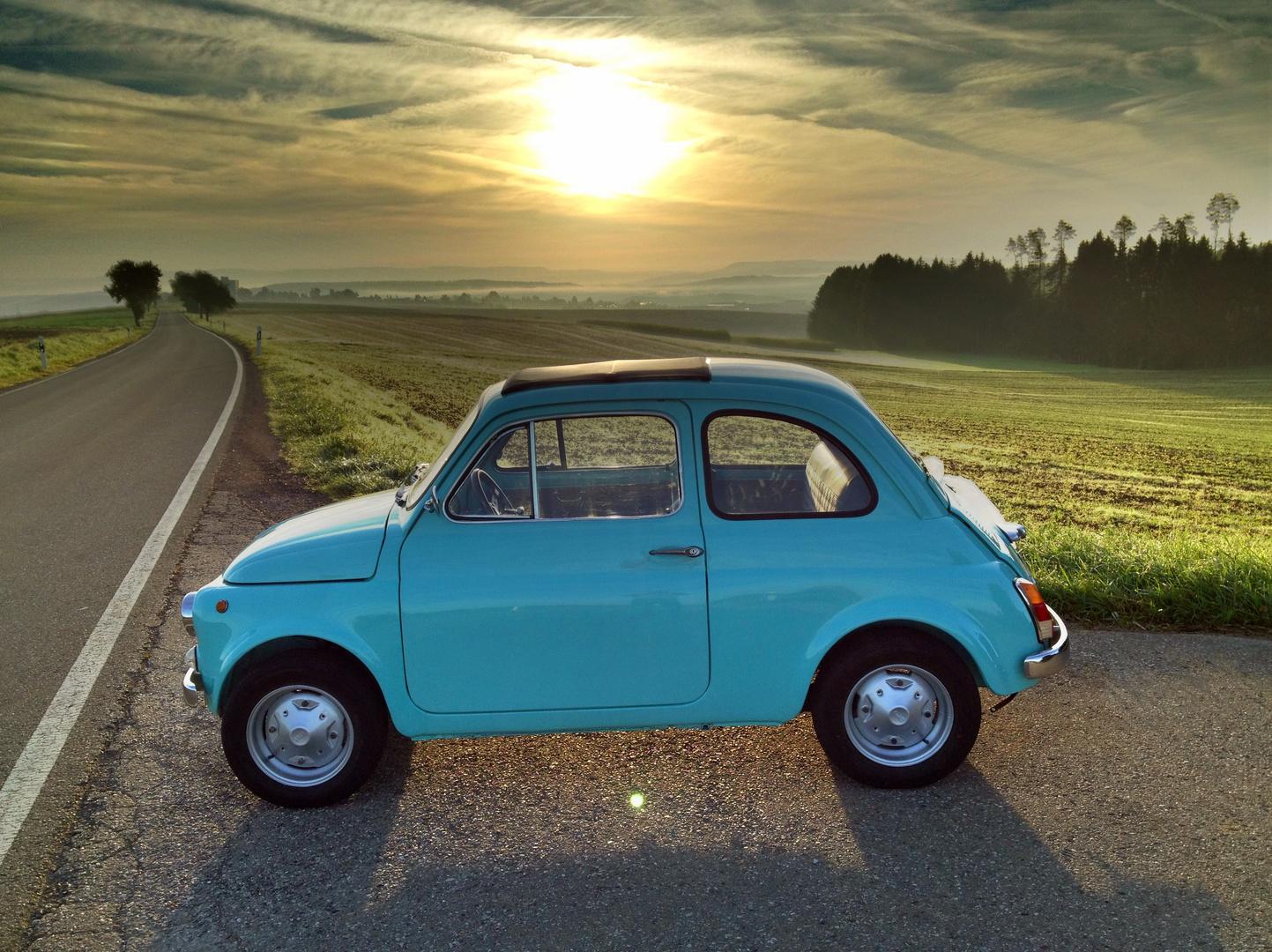 Fiat 500 R bei Sonnenaufgang