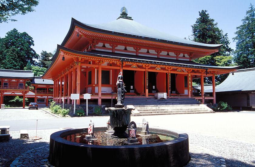 Figurenbrunnen und Tempelhalle