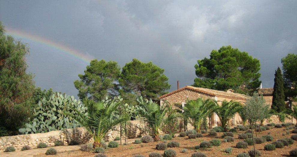 Finca mit Regenbogen