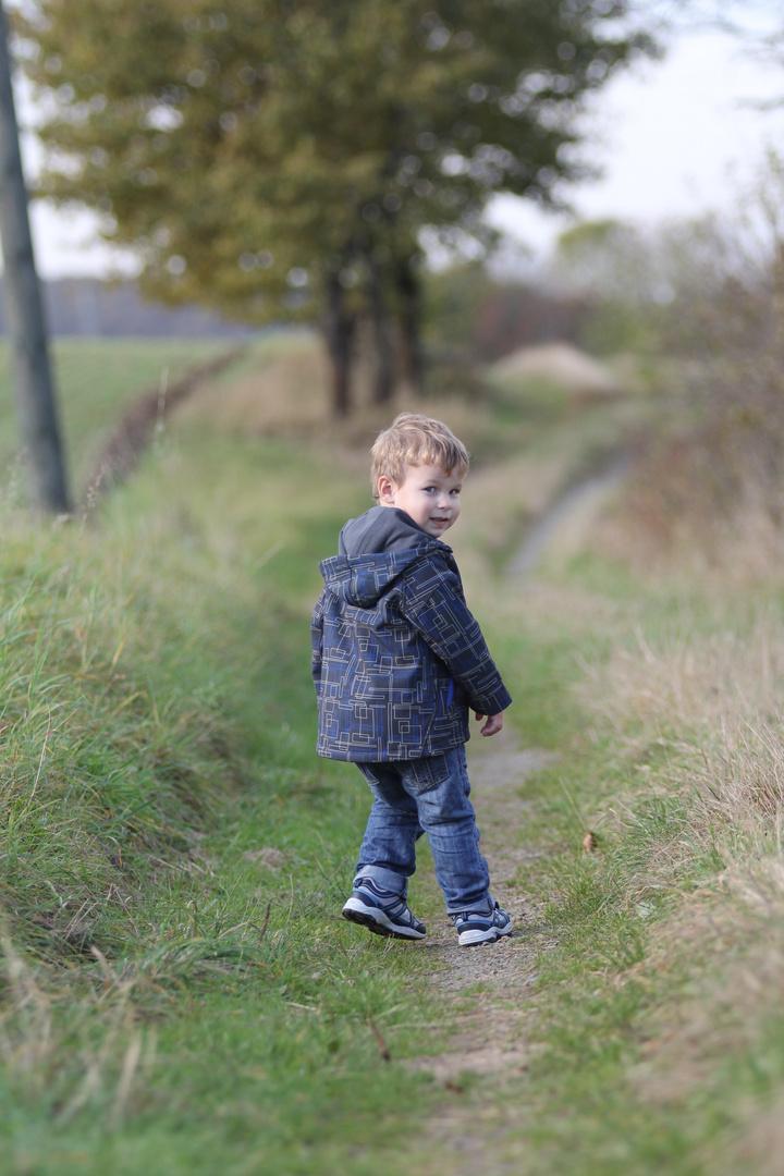 Finn-Luca beim Spazieren gehen