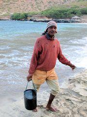 Fischer holt Wasser für die Fischreinigung