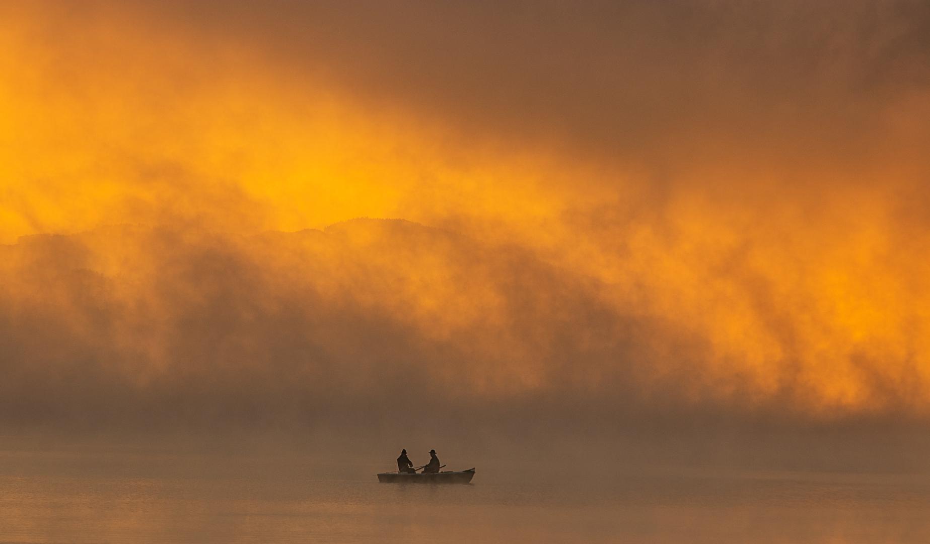 Fischer im Morgennebel