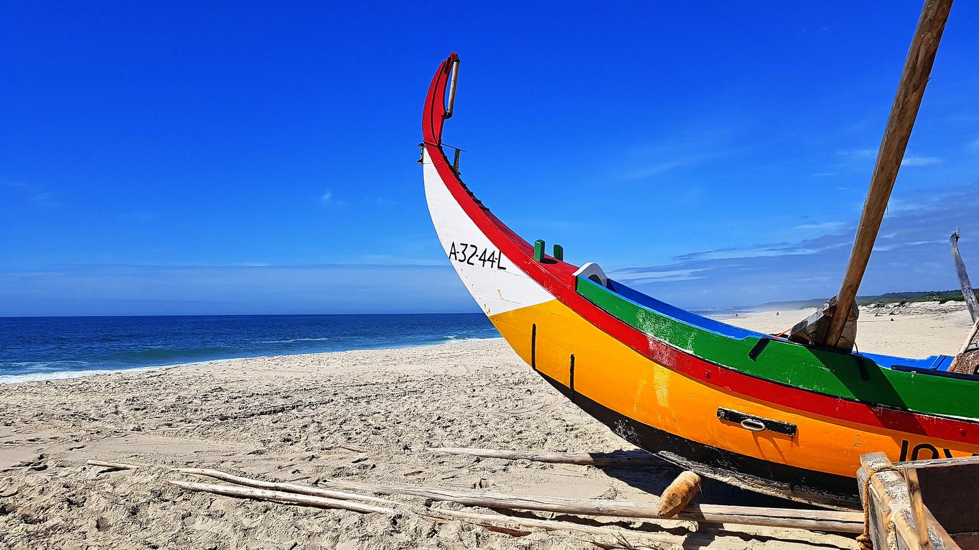 Fischerboot am Strand von Furadouro
