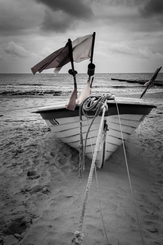 Fischerboot am Strand von Koserow auf der Insel Usedom