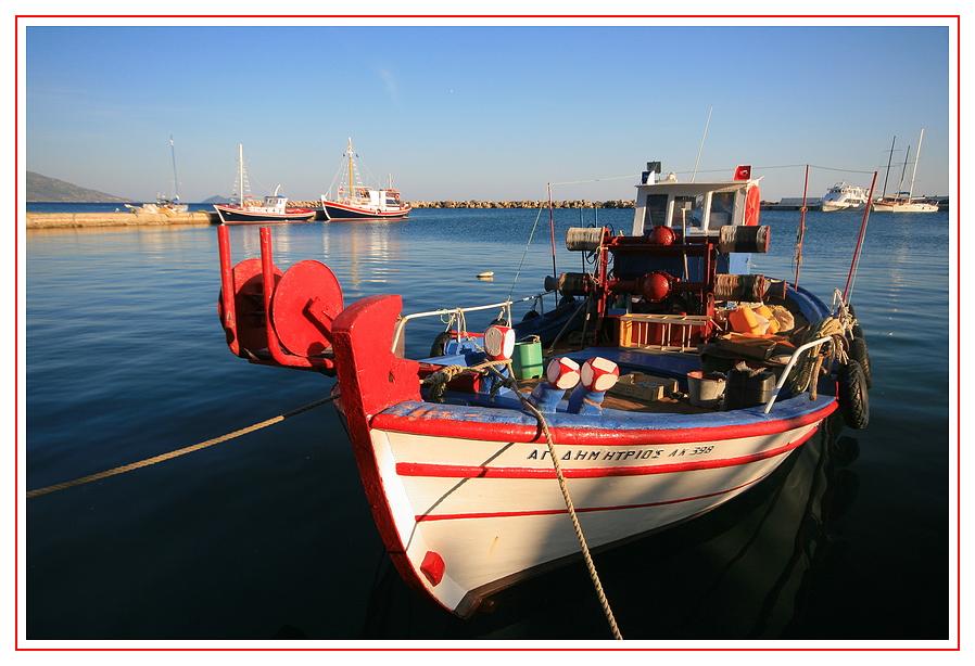 Fischerboot im Hafen ...