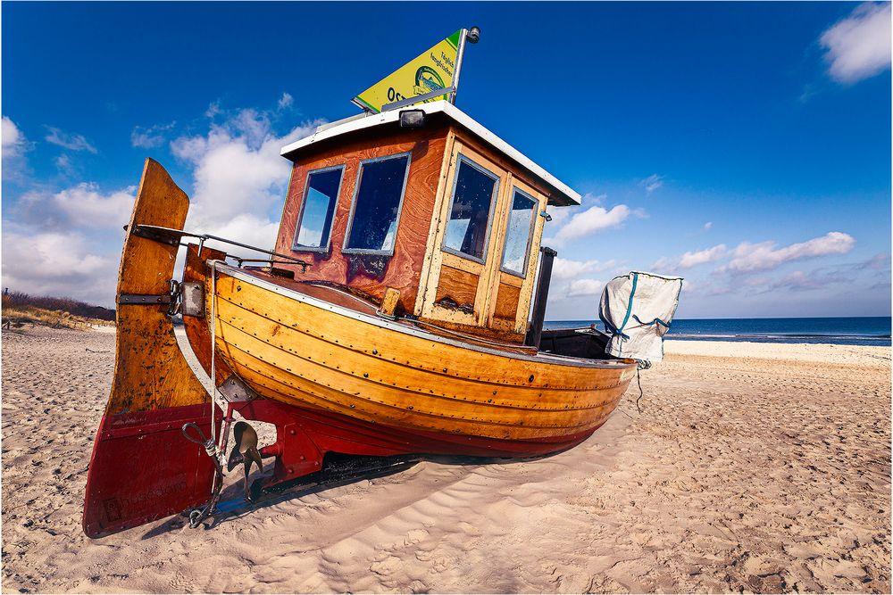 Fischerboot Meereswelle am Strand von AhlbeckAhlbeck