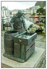Fischerfrau im Hafen von Alesund