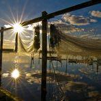 Fischernetze trocknen in der Herbst-Sonne