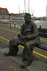 Fischerstatue im Hafen von Volendam