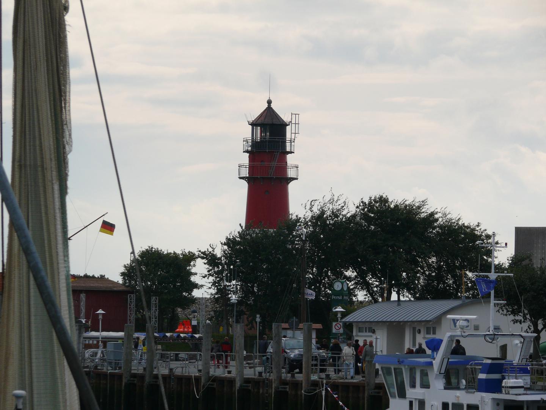 Fischkutter und Leuchtturm im Hafen von Büsum