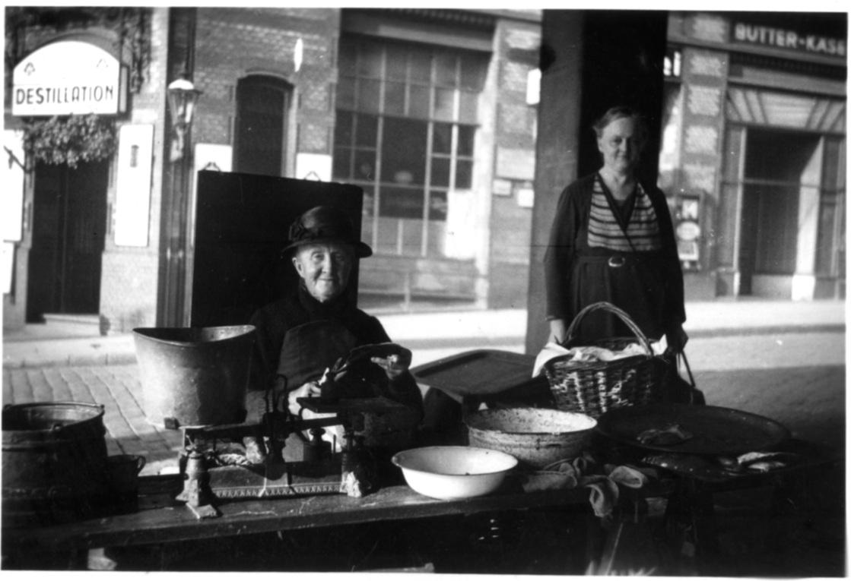 Fischverkauf um 1930 in Hamburg Altona