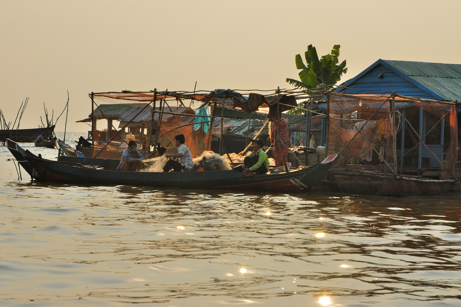 Fisher come home to their floating house on the Tonlé Sap river