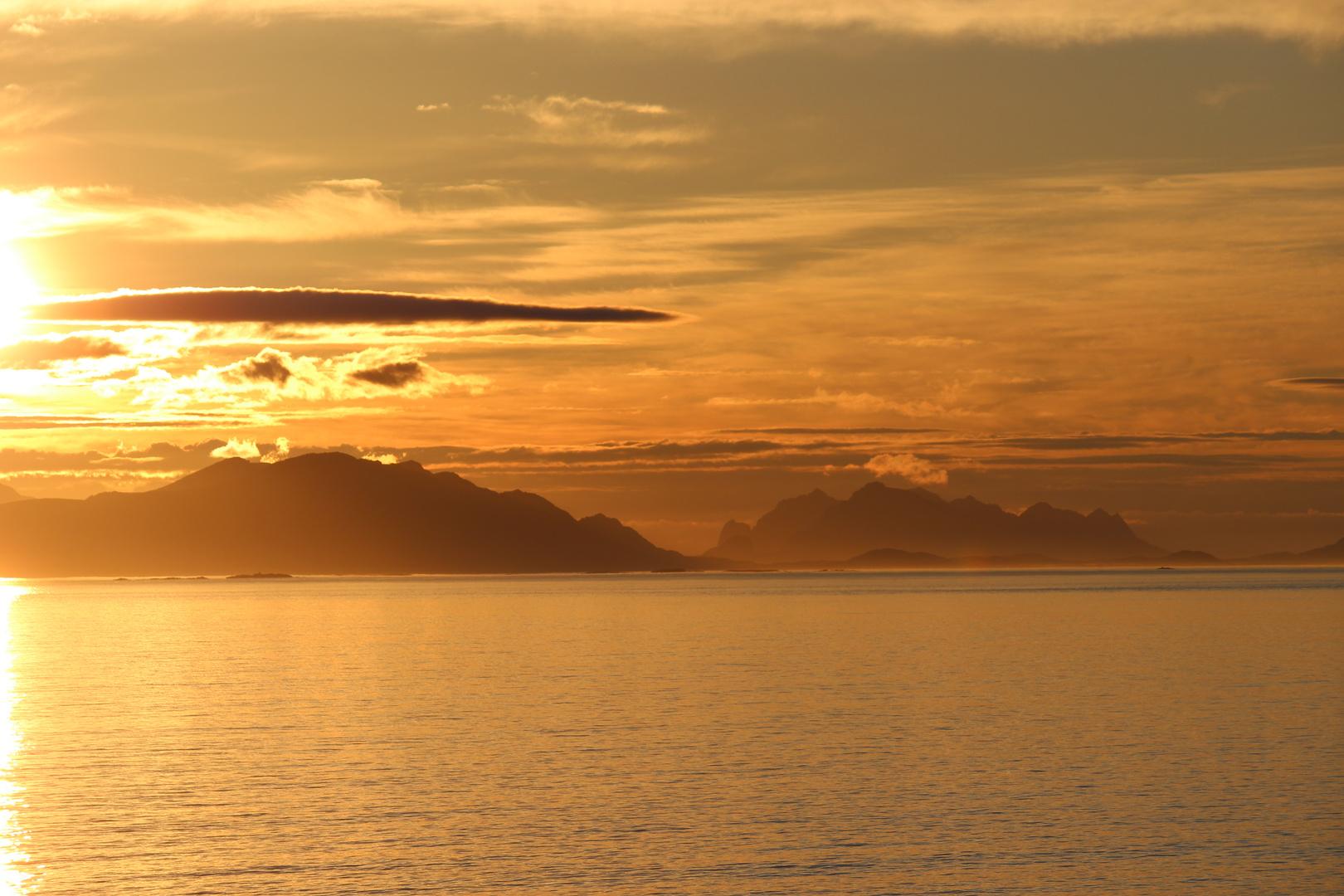 Fjord im Licht der Mitternachtssonne
