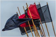 Flaggenparade im Hafen