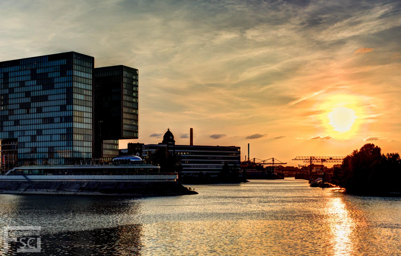 Flammender Sonnenuntergang in der Stadt