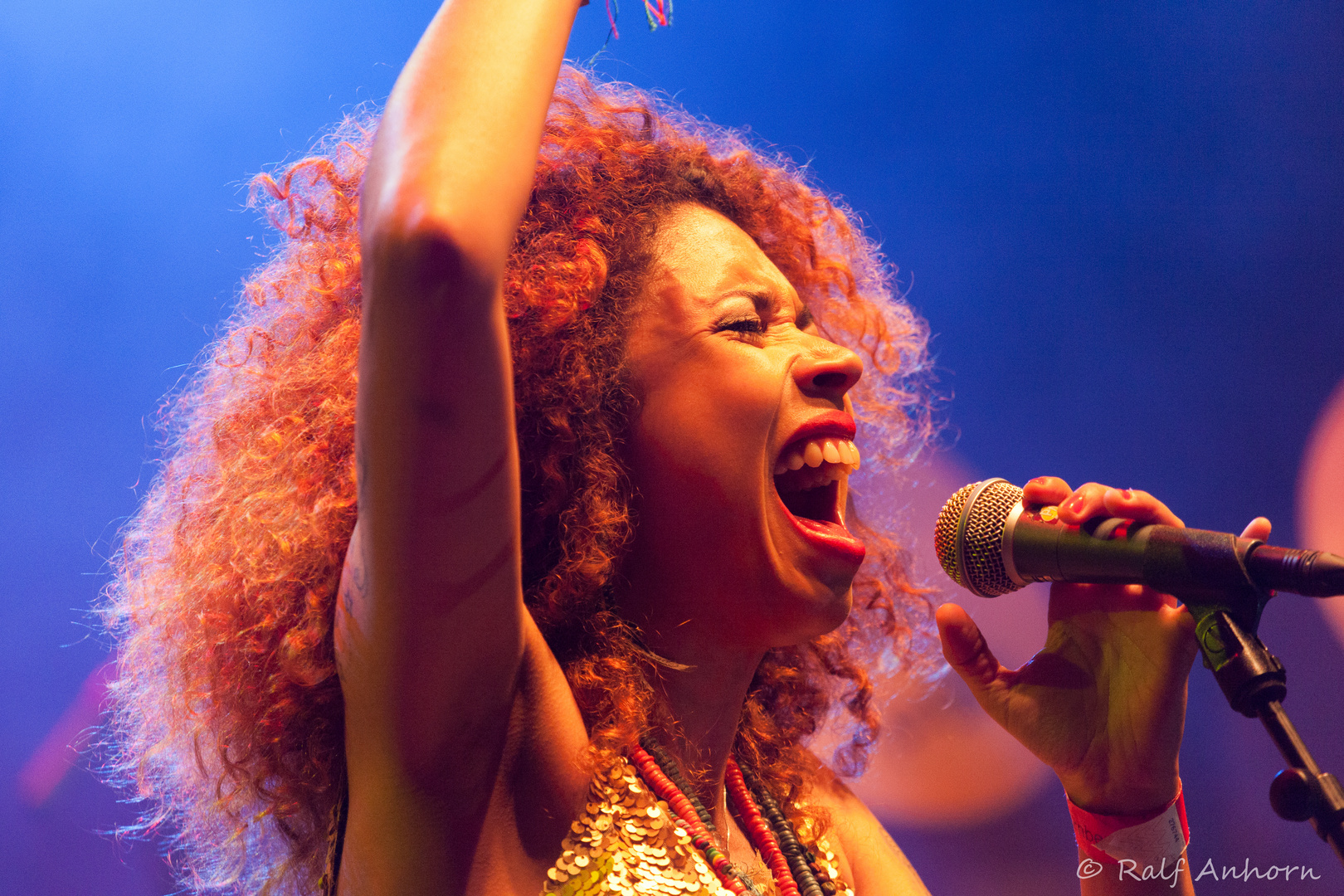 Flavia Coelho on stage