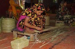 Flechten, wickeln, binden für die Welt - Arbeiterin in Rangpur