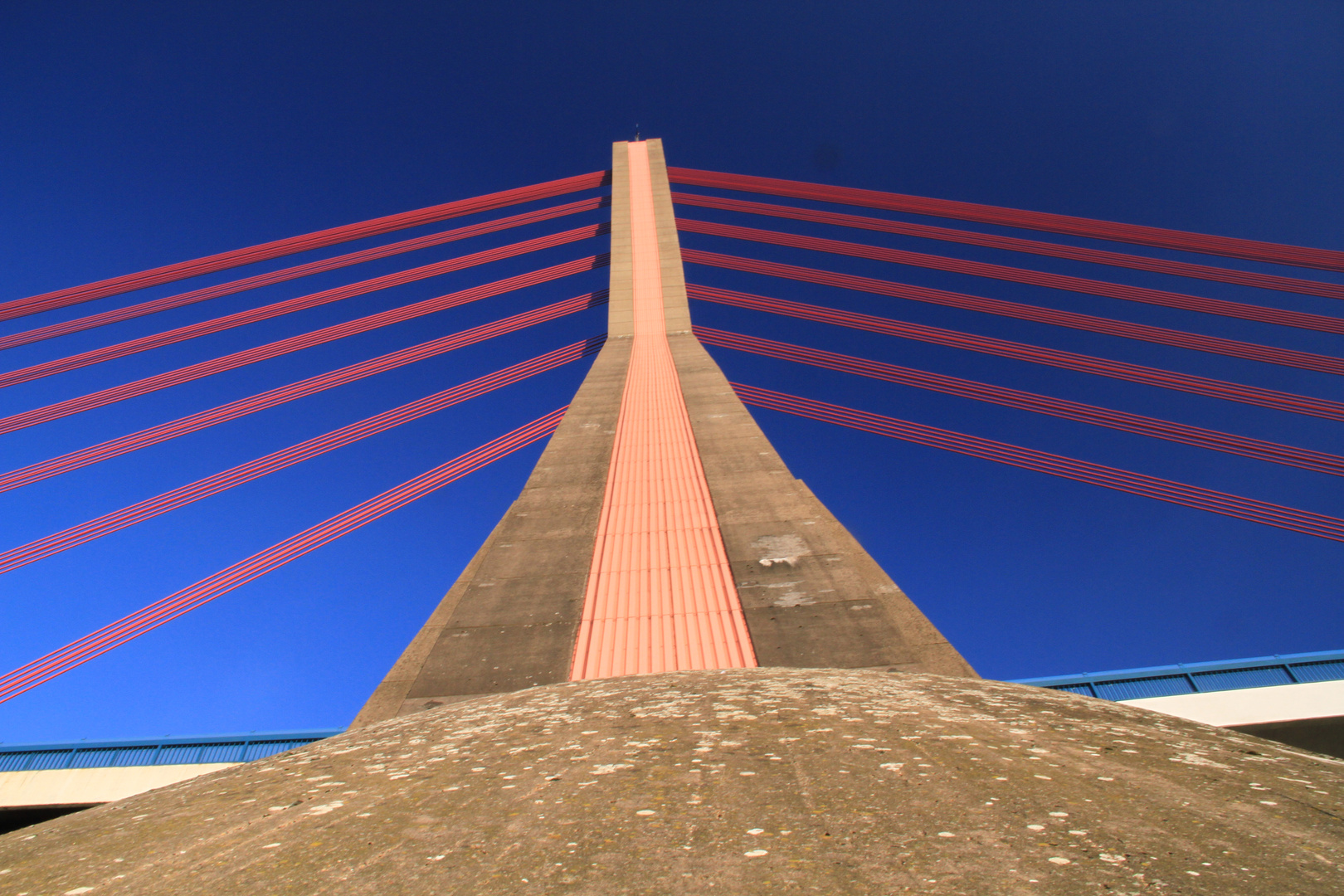 Fleherbrücke vor Blau