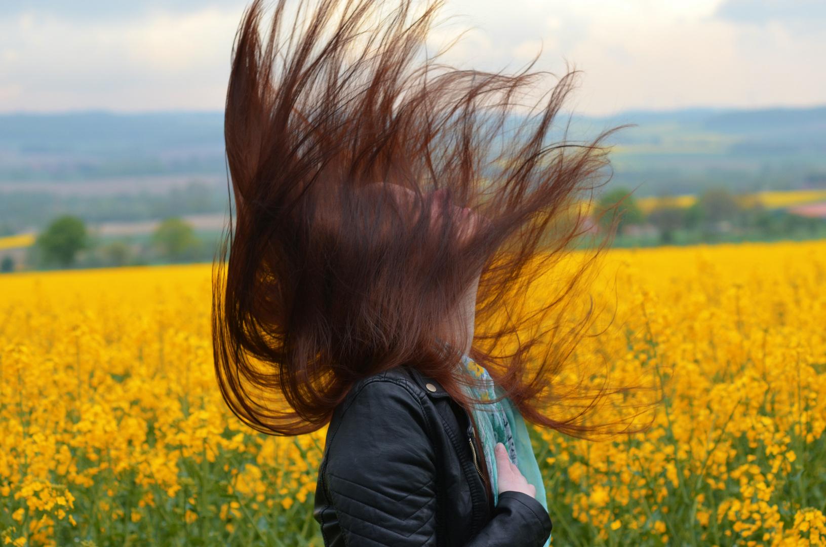 Fliegende Haare im Rapsfeld:D