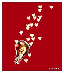 Fliegende Herzen aus dem Licht