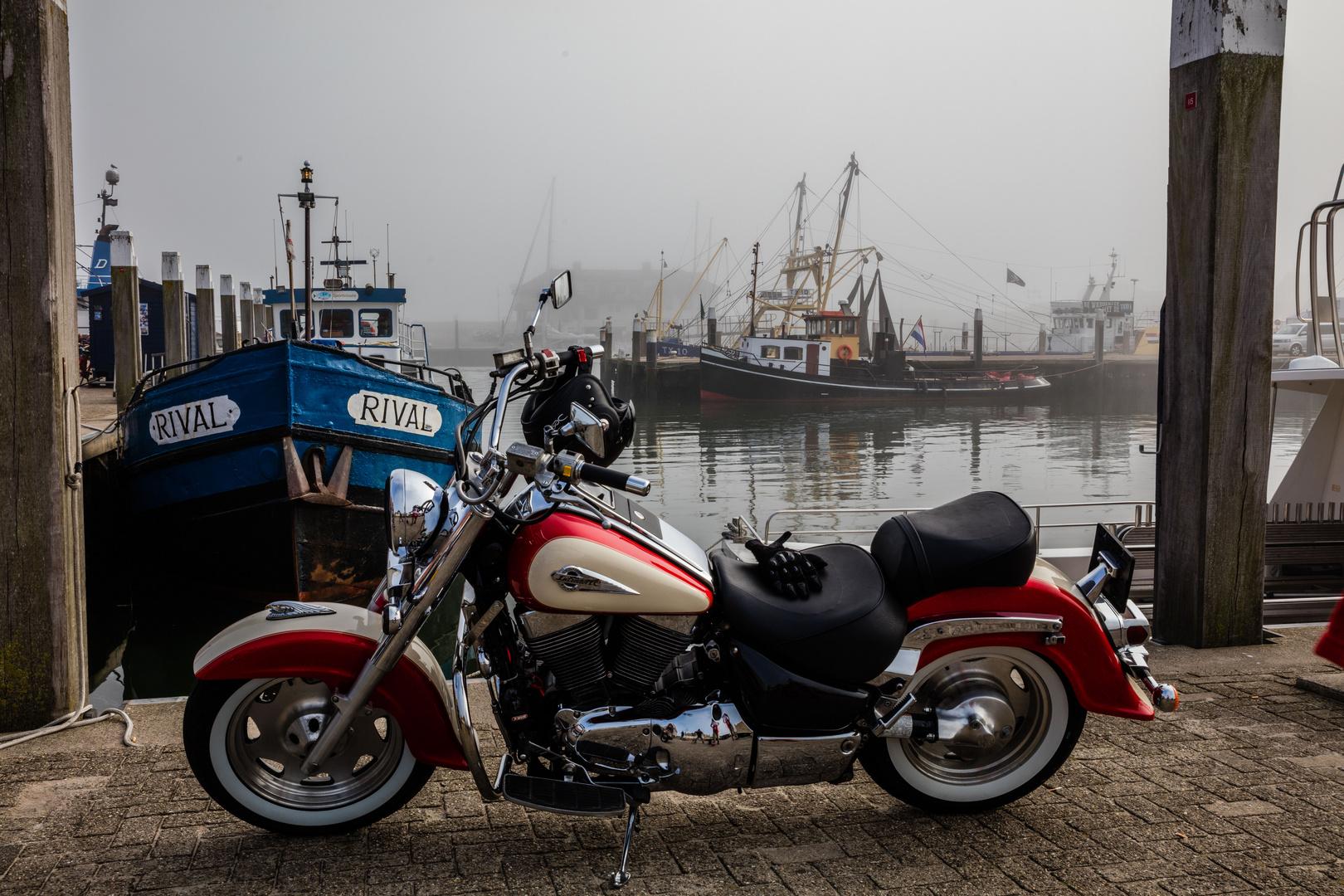 Flotte Suzuki vor lahmen Fischerkähnen im Nebel