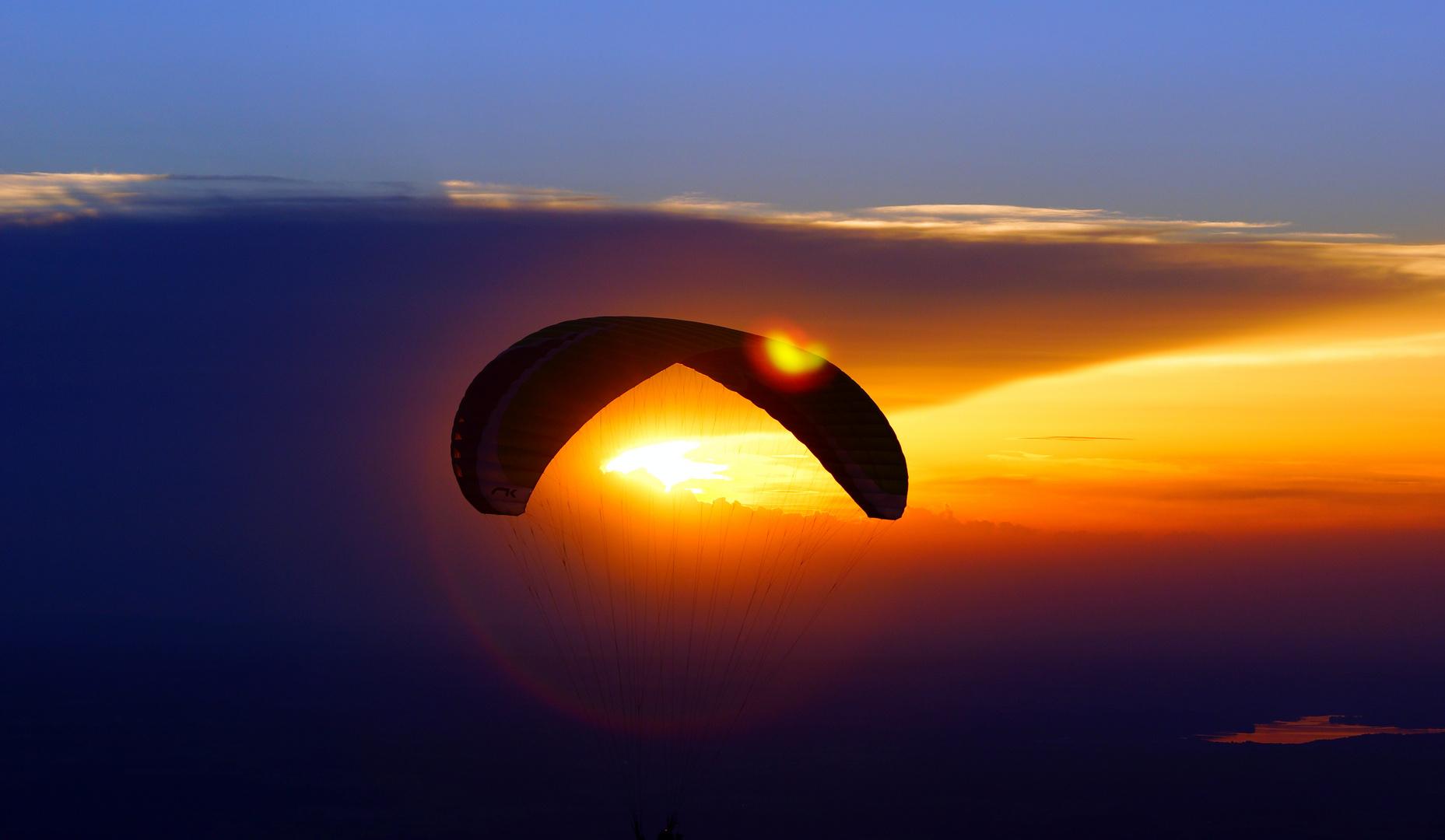 Flug in den Abendhimmel