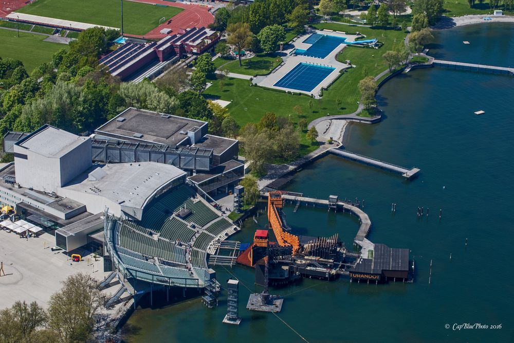 Flug über Seebühne Bregenz in der Bregenzer Bucht