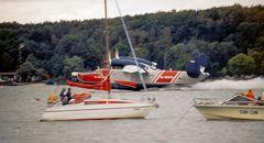 Flugboot zwischen Segelern