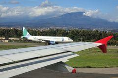 Flughafen mit Ätna und typischer Wolke im Hintergrund