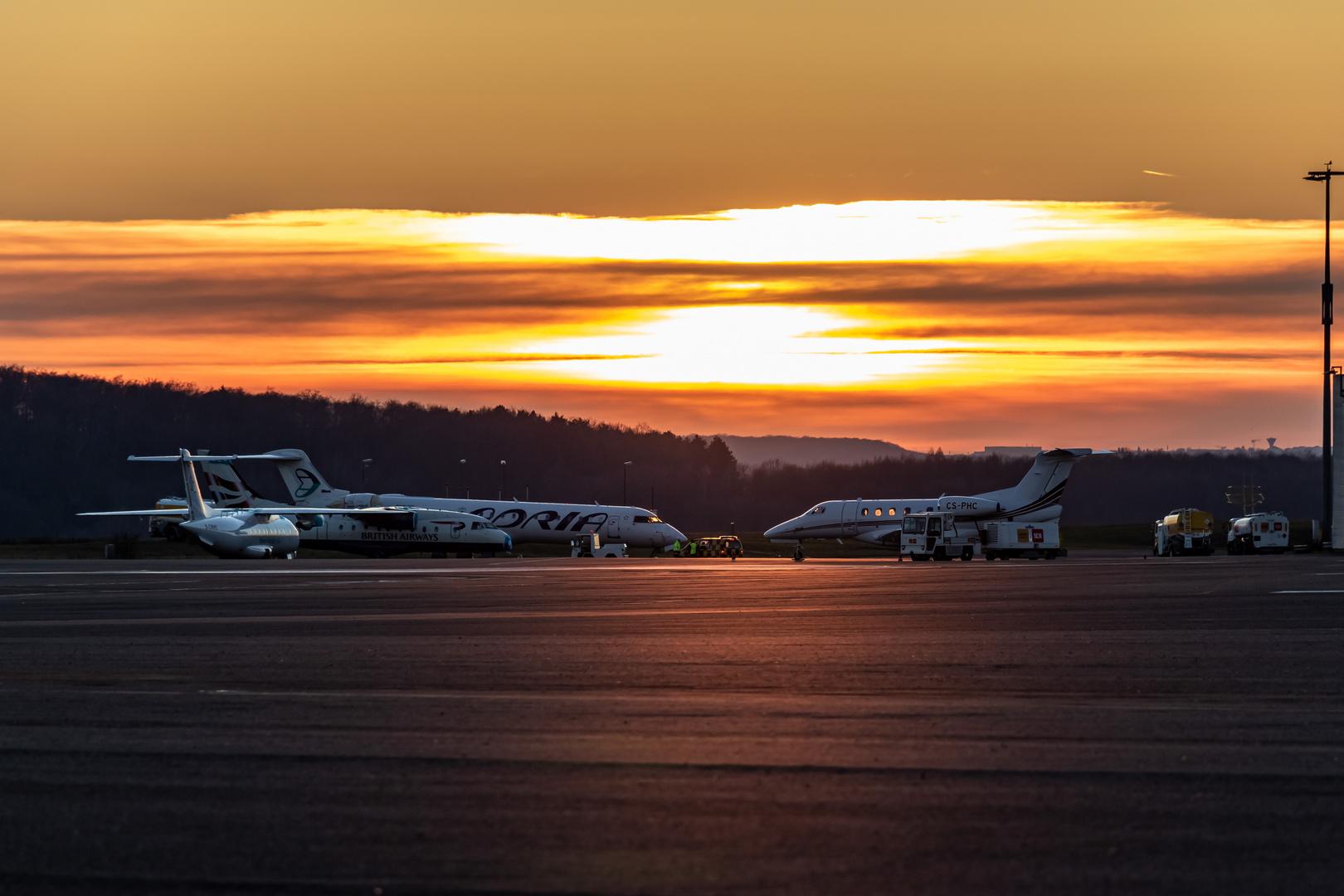 Flughafen Saarbrücken beim Sonnenuntergang