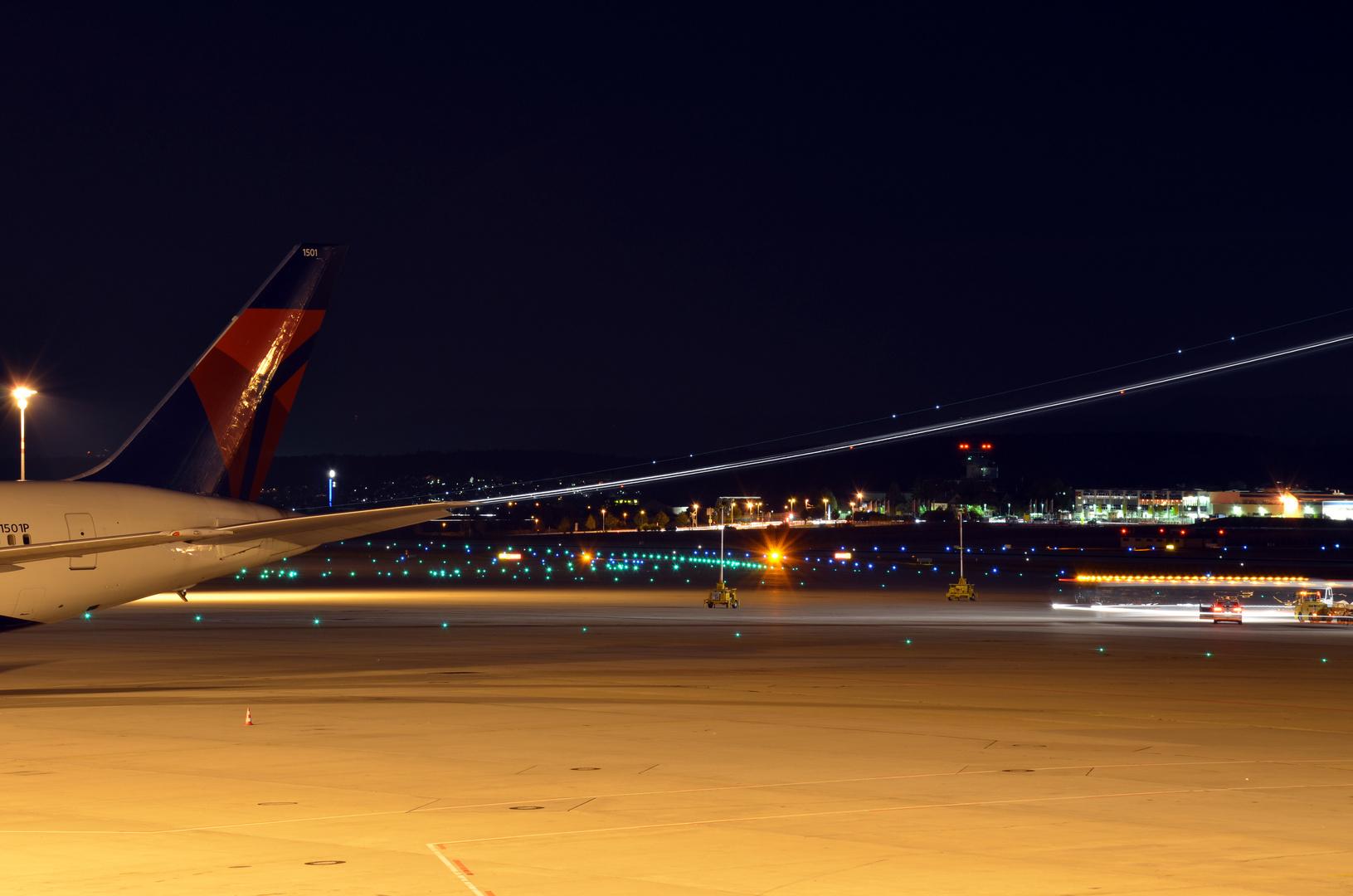 Flughafen-Vorfeld in Stuttgart bei Nacht