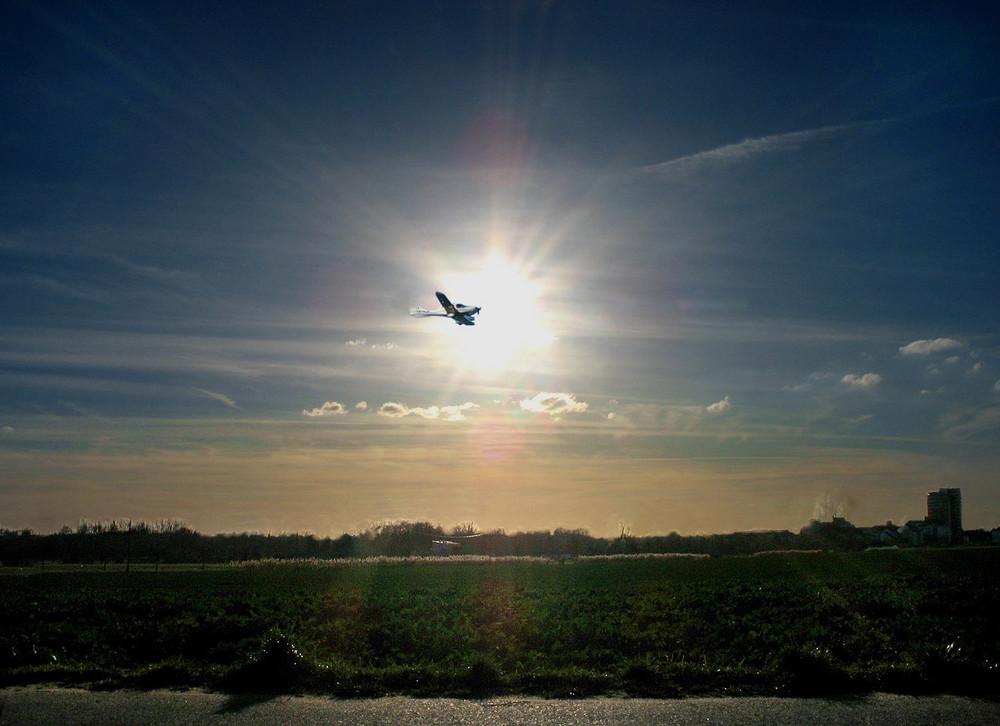 Flugzeug im Strahlenkreuz