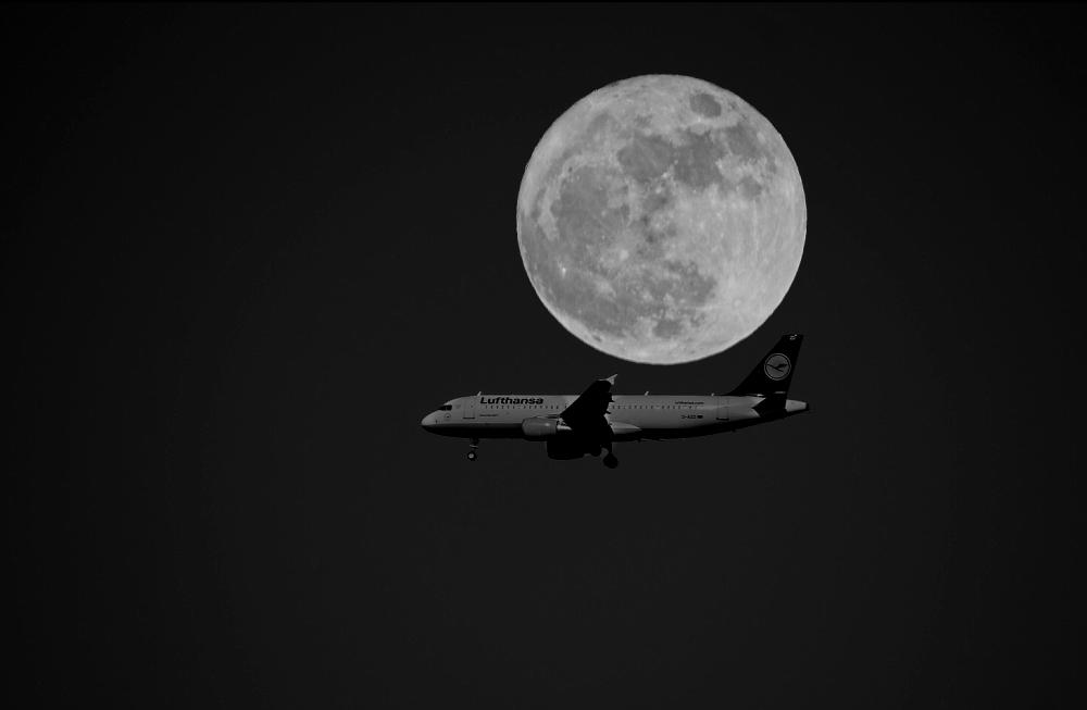 Flugzeug u. Mond