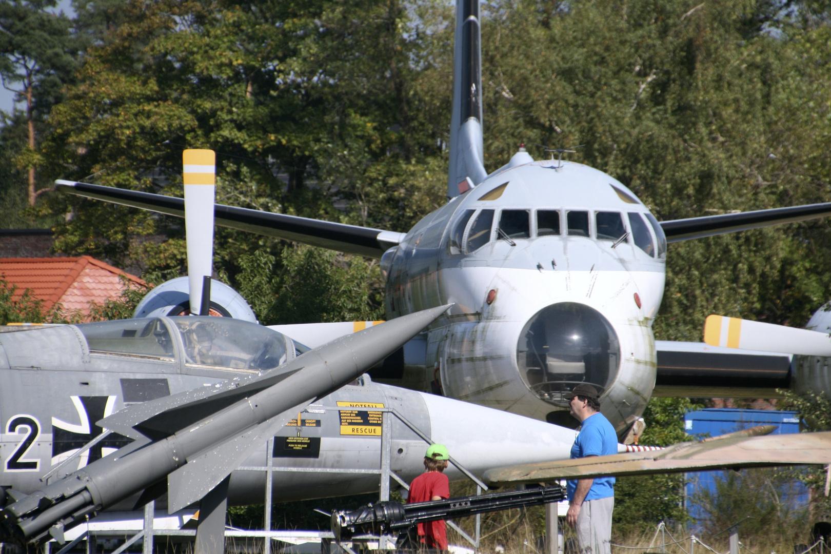 Flugzeuge und Waffen