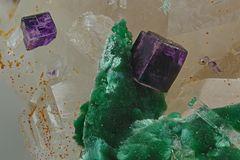 Fluorit xx, Malachit pseudomorph nach Azurit