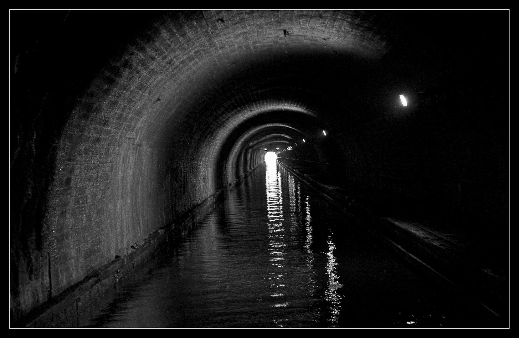 Flussfahrt im Tunnel