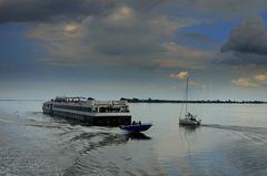 Flusskreuzfahrtschiff fährt nach Hiddensee