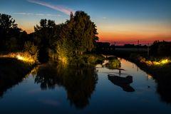 Flußlandschaft zur blauen Stunde