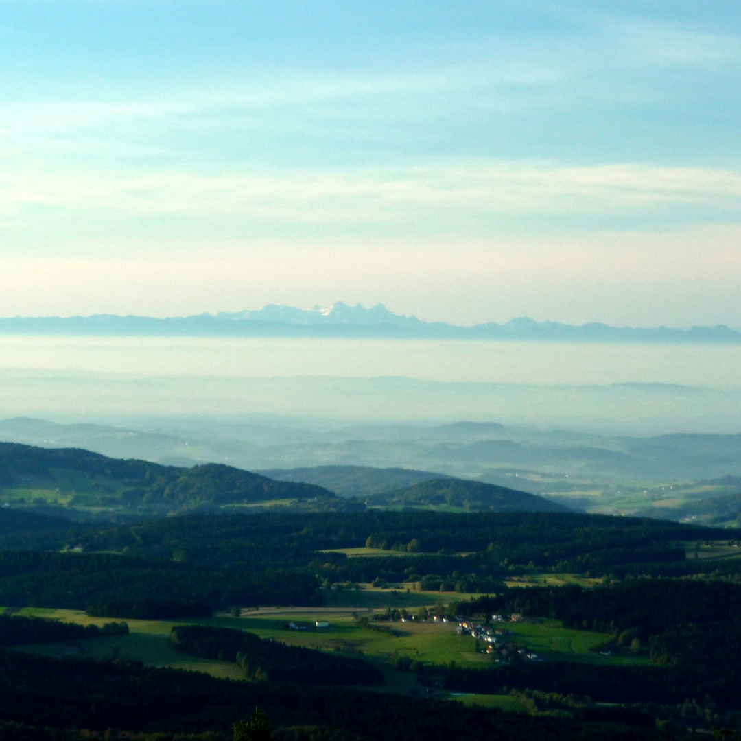 Föhn-Fernsicht vom Lusen in südlicher Blickrichtung - Alpenpanorama mit Dachsteinmassiv