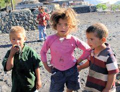 Fogo: Kinder im Dorf in der Vulkan-Caldera des Pico