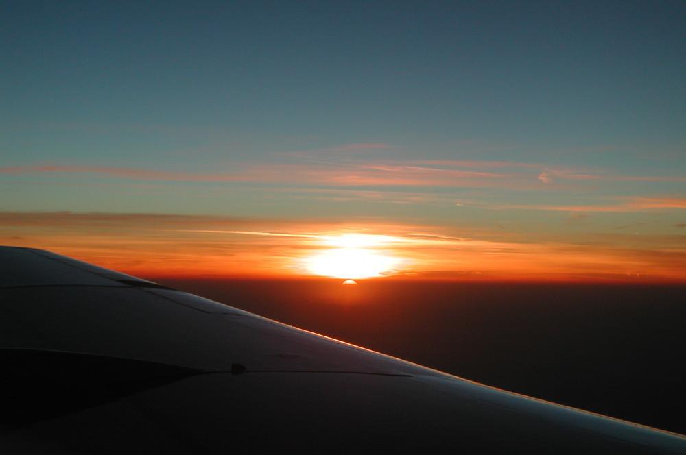 Fokker 100 linke Tragfläche im Sonnenuntergang