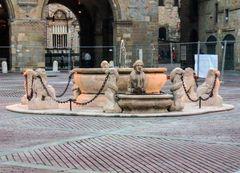 Fontana Del Contarini auf der Piazza Vecchia in Bergamo
