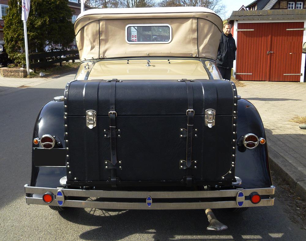 Ford A-Modell Cabrio  von hinten mit Koffer