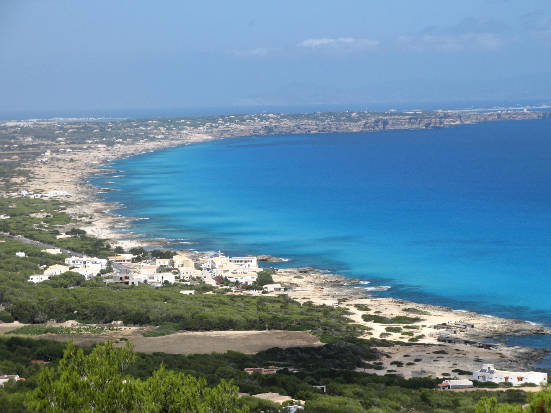 Formentera, e sullo sfondo, Ibiza