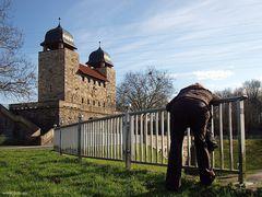 Fotografin in Henrichenburg erschöpft über'm Zaun hängend