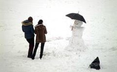 Fotosession mit Schneemann und Regenschirm