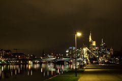 Frankfurt am Main: Flößerbrücke und Skyline
