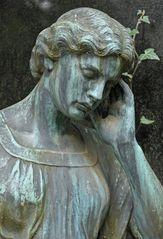 Frankfurt am Main, Hauptfriedhof: Engel und Efeu