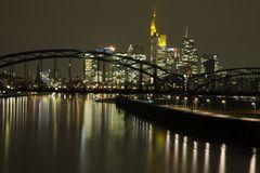 Frankfurt am Main: Skyline und Deutschherrenbrücke